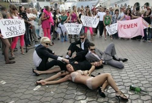 Женскoe движение Femen на улицах Украины (36 фото) .