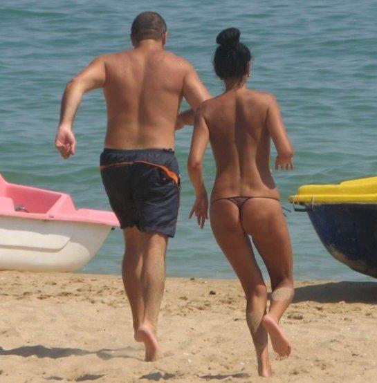 фото красивых девушек на пляже в стрингах